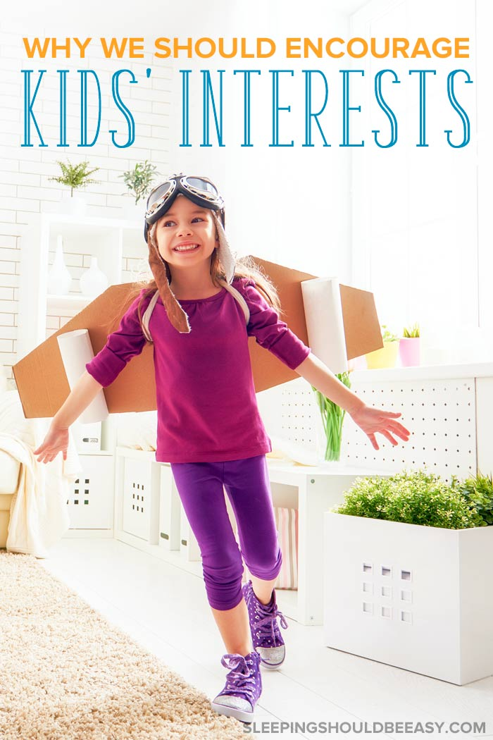 A little girl pretending to be an airplane: encourage children's interests